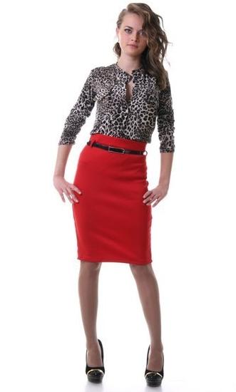 Красная юбка и черная блузка