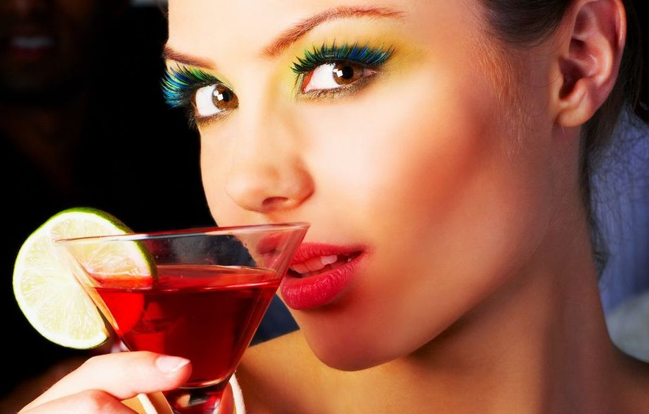 Женщина с коктелем